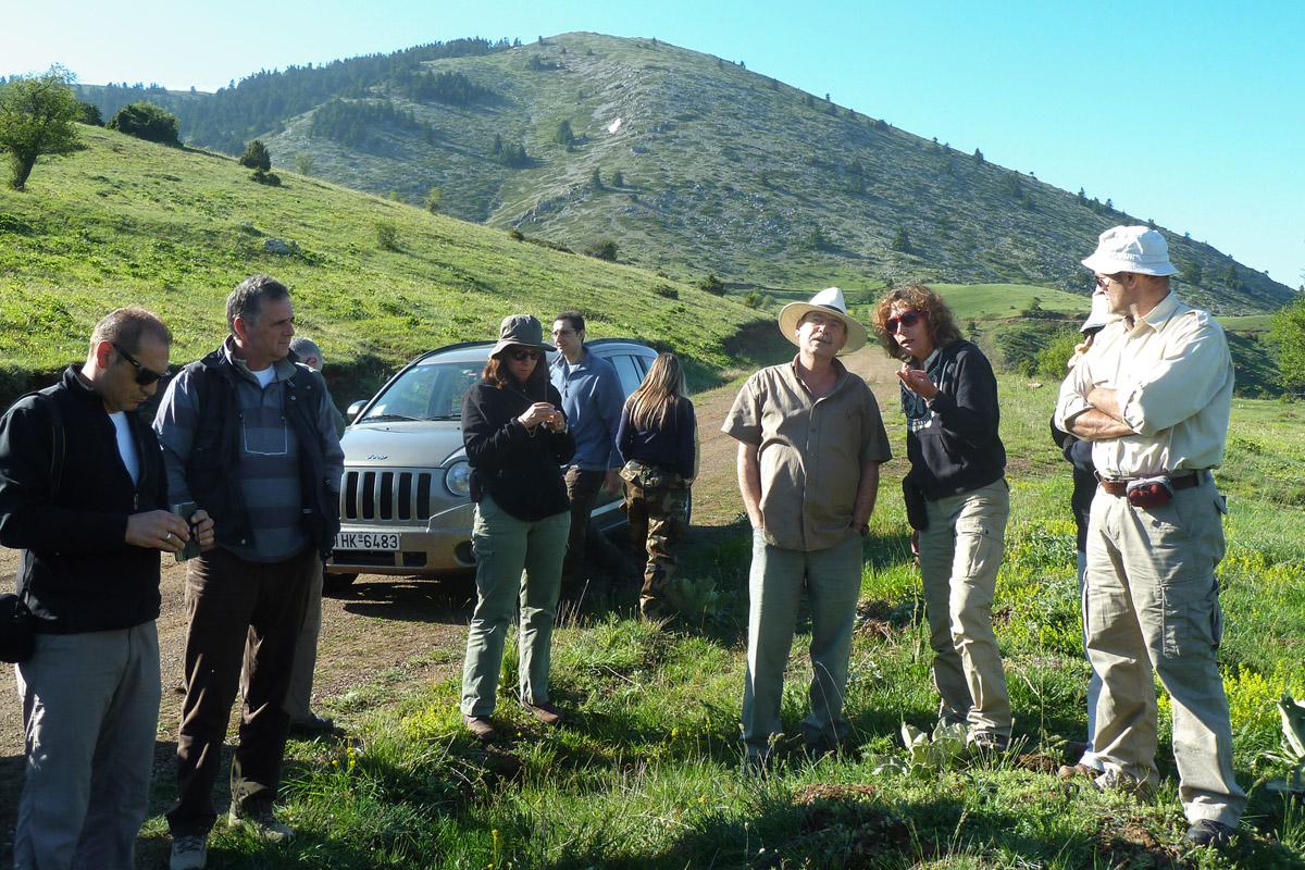 Τα μέλη της ομάδας έργου σε μια επίσκεψη στα λιβάδια της Οίτης. (Φωτογραφία: Χρήστος Γεωργιάδης)