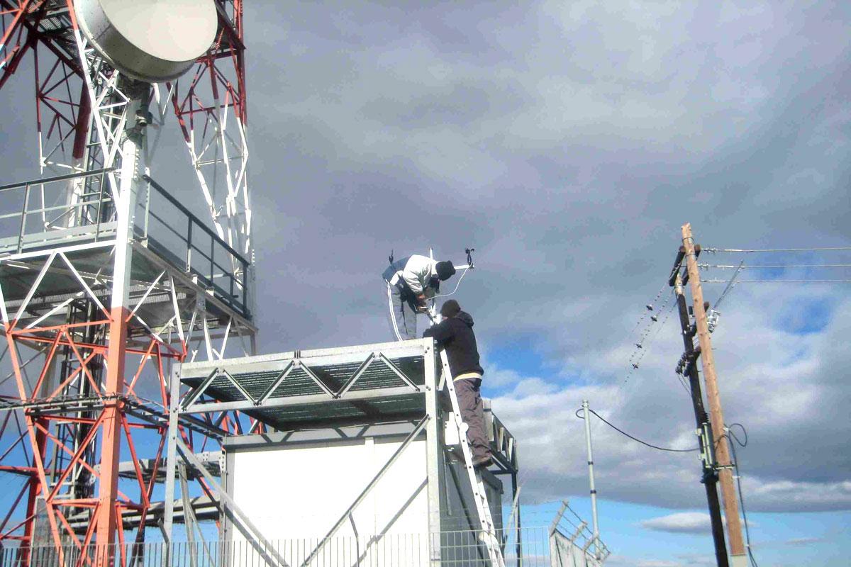 Ο μετεωρολογικός σταθμός στο Όρος Καλλίδρομο στέλνει πληροφορίες  (Φωτο: Γιάννης Αλεξόπουλος )